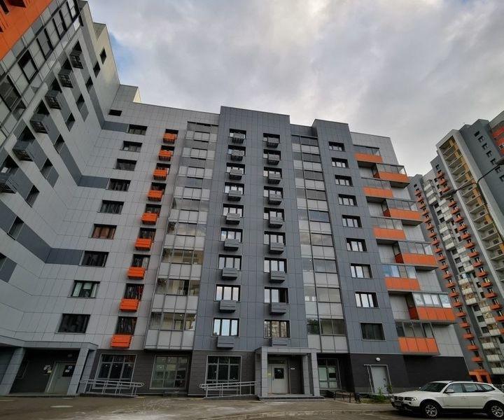 Продам 2-комнатную квартиру в развитом районе по низкой цене.