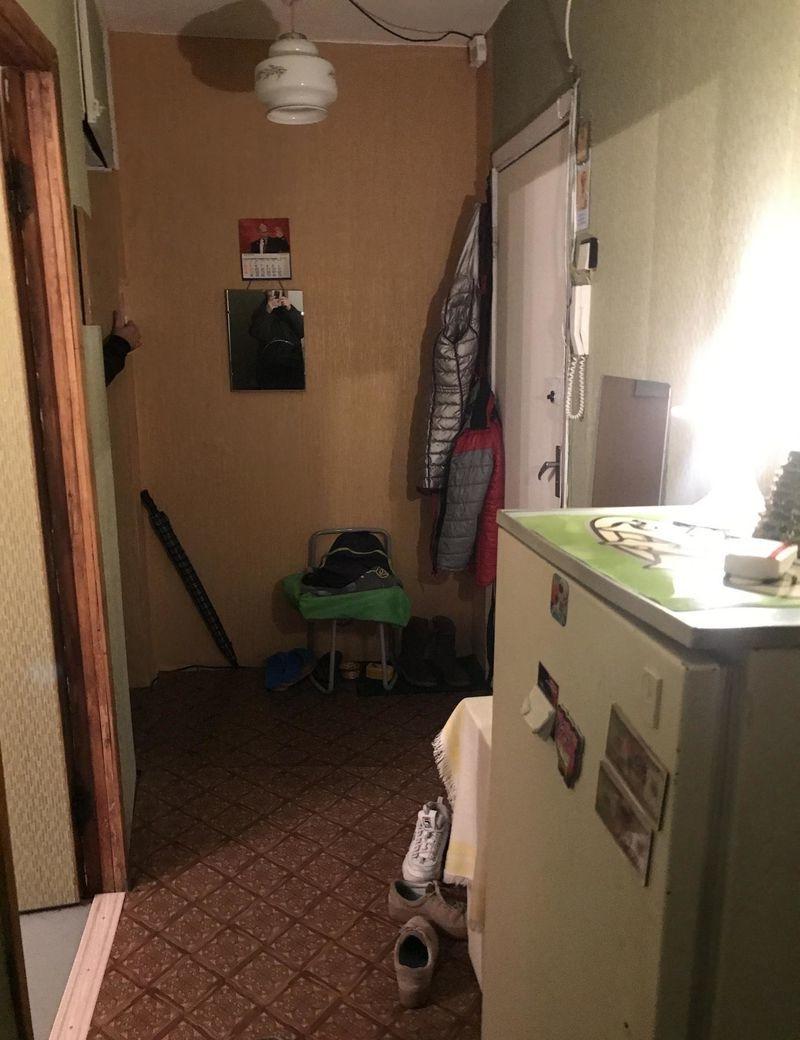 Двухкомнатная квартира, комната чистая светлая с мебелью и бытовой техникой.